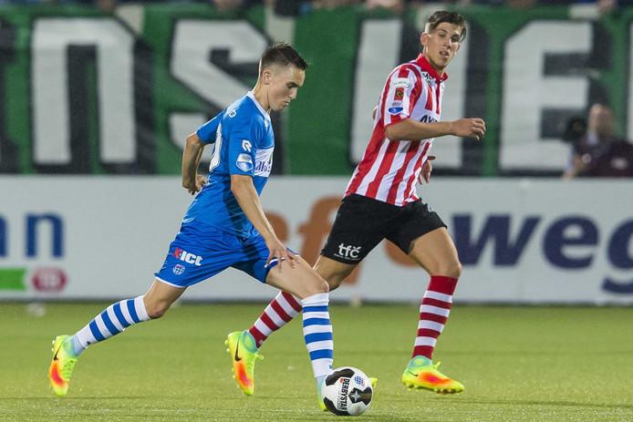 Ryan Thomas (PEC) in actie met achter hem Sparta speler Stijn Spierings (r)