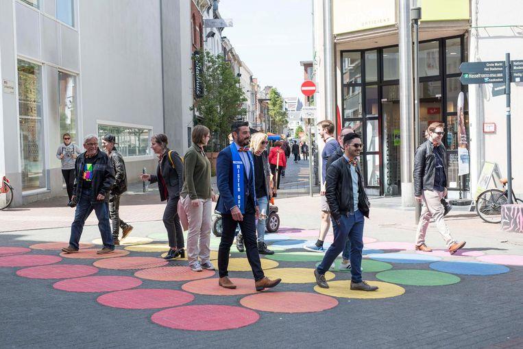 Een pad met regenboogstippen voor holebi's in de winkelstraat in Hasselt.
