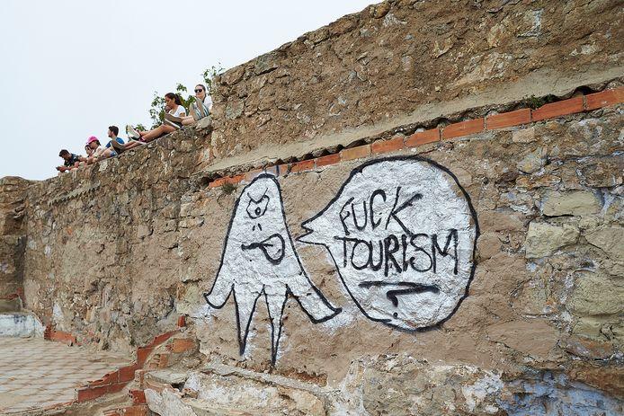 Stil protest op de muur van een populaire toeristische trekpleister in Barcelona tegen met massatoerisme in de stad.