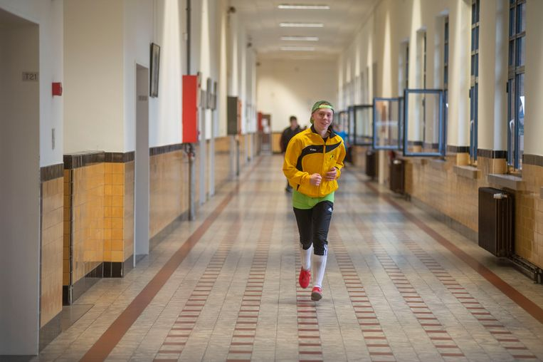De sportievelingen, sommige in heel originele outfits, lopen door de schoolgebouwen.