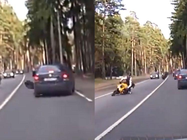 Pijnlijk: losgekomen autowiel raakt auto en haalt motorrijder onderuit
