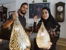 Jos en Manar verkopen in Vlissingen Arabische lampen uit Caïro