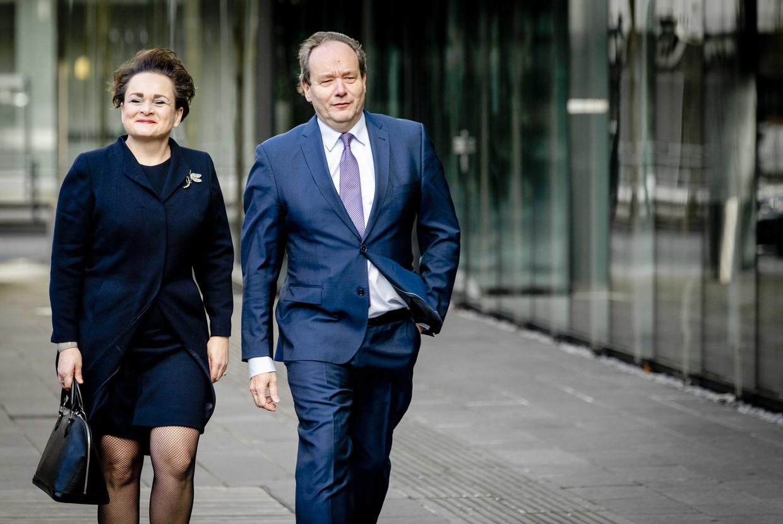 Alexandra van Huffelen en Hans Vijlbrief, de nieuwe staatssecretarissen Financiën, komen aan bij het ministerie van Financiën voor een begroeting door minister Wopke Hoekstra. Beeld ANP