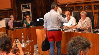 'Shortgate' in de Gentse gemeenteraad: drie shorts en één trouwkostuum als ludiek protest