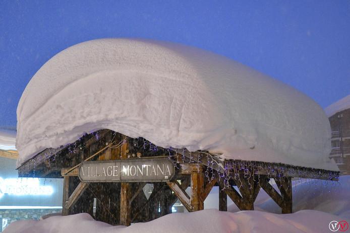 Een flink pak sneeuw bedekt een chalet in Val Thorens