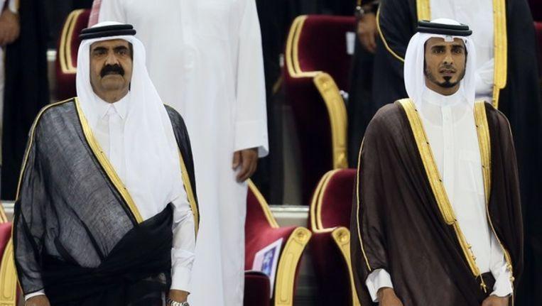 De voormalig Qataarse emir al-Khalifa al-Thani met zijn zoon Tamim. Beeld null