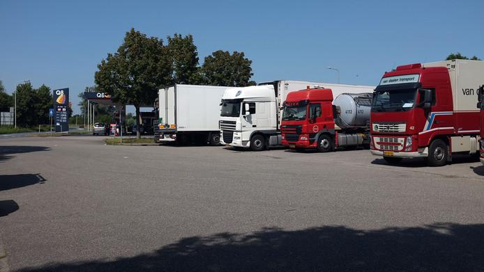 Vrachtwagens bij het tankstation aan de Oostsingel in Duiven.