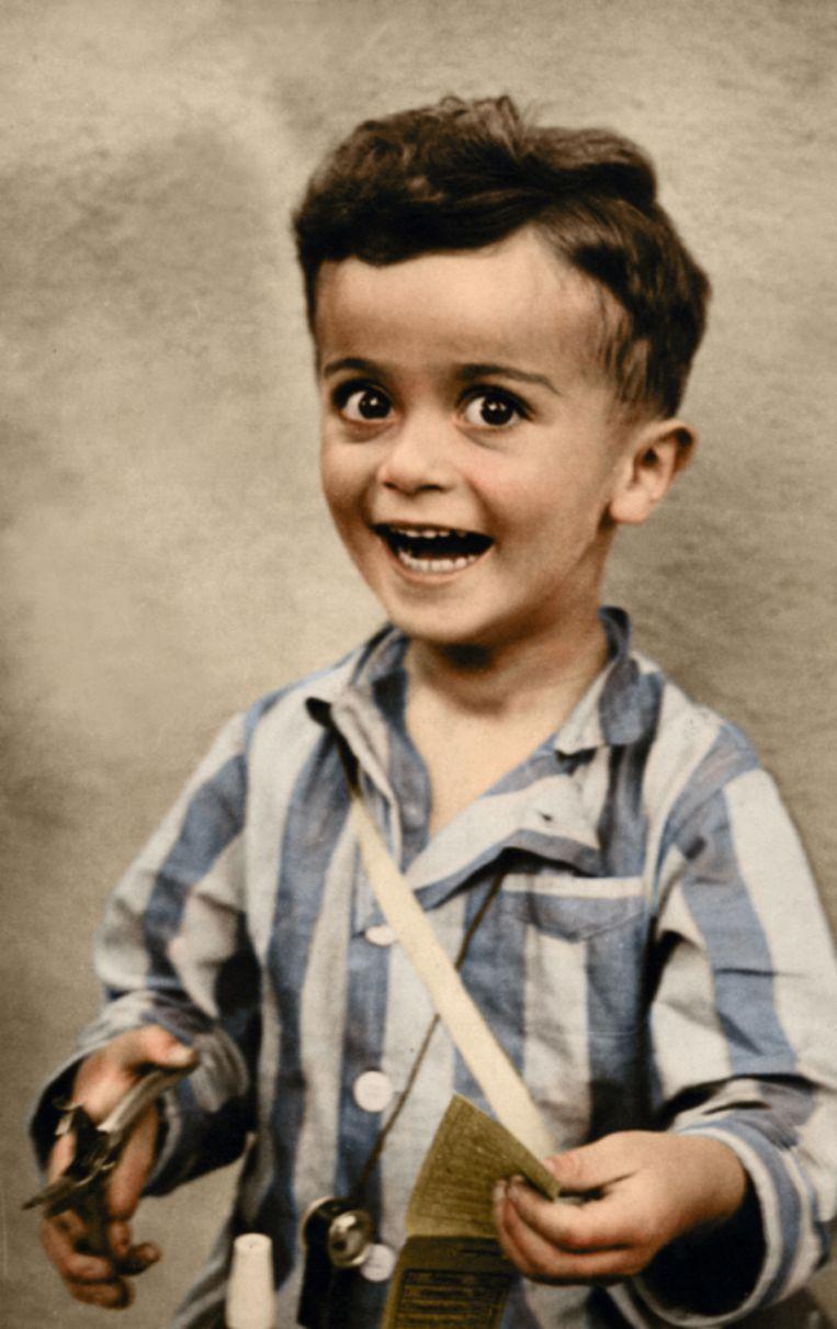 De 4-jarige Istvan Reiner ging in 1944 al lachend op de foto in Auschwitz. Twee weken later stierf hij in de gaskamer.