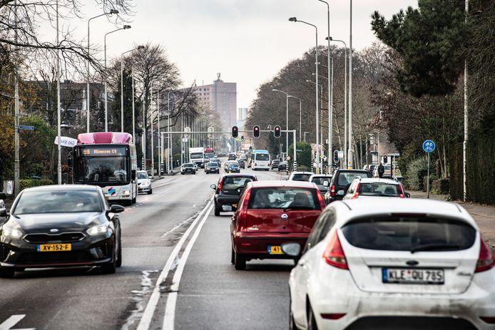 De Graafseweg tussen Rozenstraat en Wolfskuilseweg: nu nog vierbaans, maar in de toekomst een weg met twee rijstroken en één busbaan.