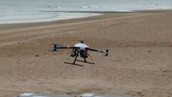 Primeur in Blankenberge: strandredders waken met drone over veiligheid op het strand
