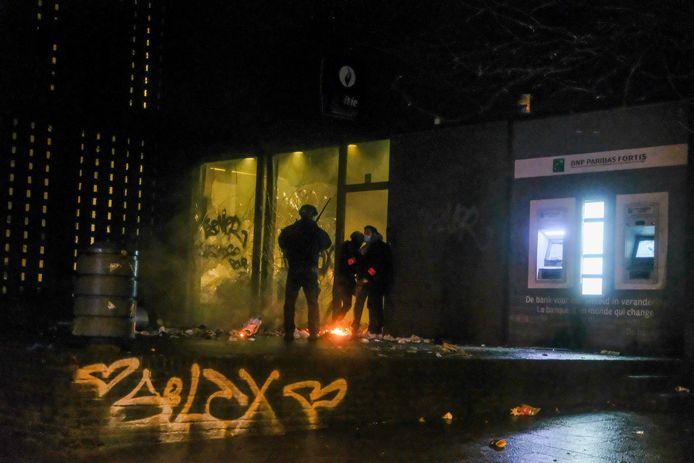 Relschoppers stichten brand voor het politiecommissariaat aan het Liedtsplein. Ze sloegen ook de ruiten in.