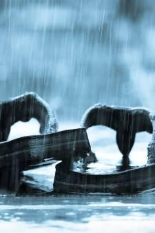 Schrijnend: man (87) loopt op sandalen in stromende regen, crisisdienst heeft geen plek