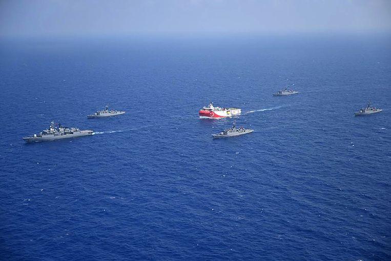 Het Turkse onderzoeksschip Oruc Reis, geëscorteerd door Turkse marineschepen, in de Middellandse Zee, midden augustus. Beeld AFP