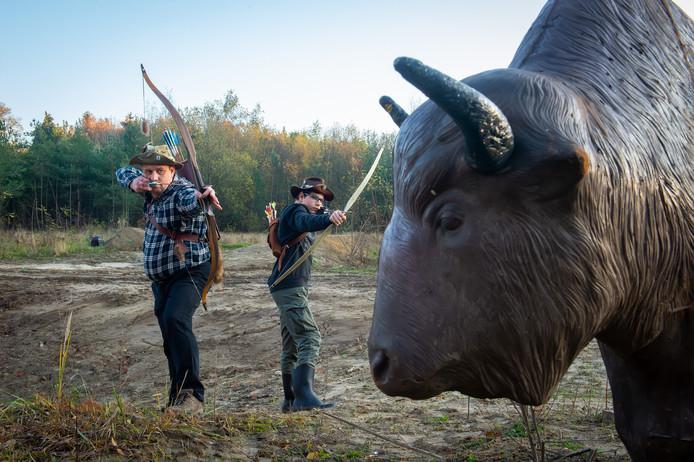 Perry van Ravenstein en zijn zoon op hun terrein aan de Achtmaalseweg waar je met pijl en boog op kunststof dieren kan schieten. Aantrekkelijk voor toeristen.
