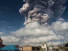 Vulkaan Sinabung op Sumatra spuugt kilometers hoge aswolken uit