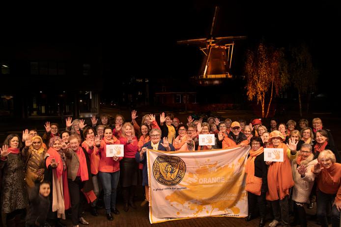 Vrouwen verzamelen in Ede in verzet tegen geweld tegen vrouwen.