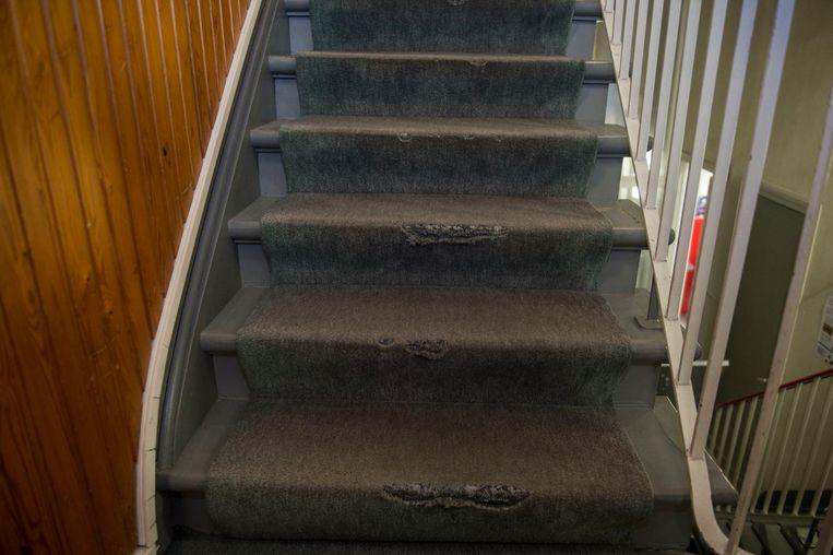 De huidige bib in de Antwerpsestraat kent heel wat gebreken, getuige de krakkemikkige staat van deze trap.