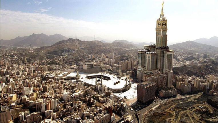 De binnenstad van Mekka, met als blikvanger de nieuwe kloktoren. Beeld epa