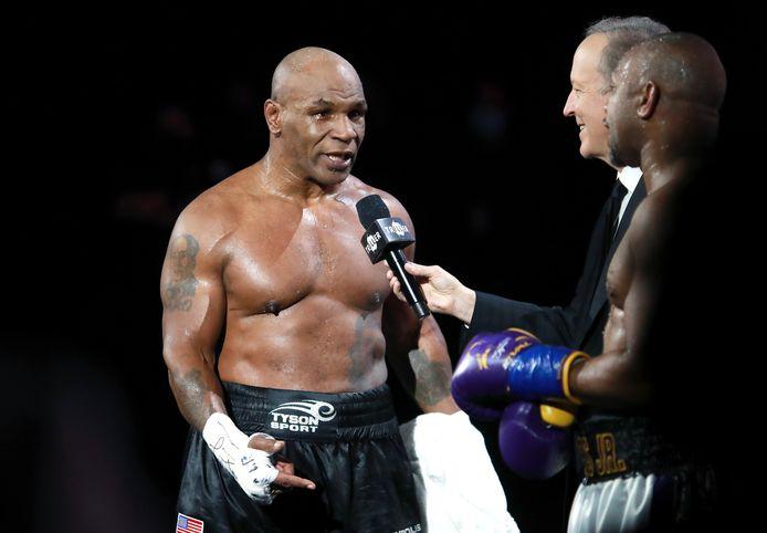 28 november 2020: Mike Tyson wordt geïnterviewd na zijn split-draw tegen Roy Jones, Jr. tijdens een zwaargewicht bokswedstrijd voor de WBC Frontline Belt in het Staples Center van Los Angeles.