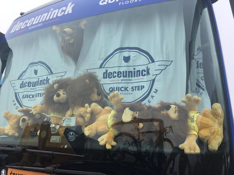 De leeuwen stapelen zich op in de bus van Deceuninck-Quick.Step.
