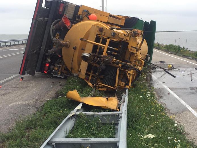 Door nog onbekende oorzaak kantelde een tankauto op de Markerwaarddijk.