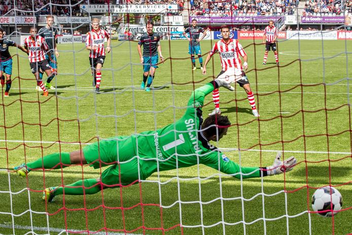 Sparta speler Loris Brogno (r) schiet de penalty langs GA Eagles keeper Theo Zwarthoed (l) en scoort de 1-0