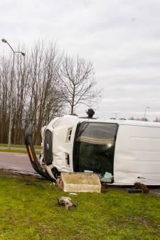 Bestelbus belandt op zijn kant bij ongeluk in Dordrecht