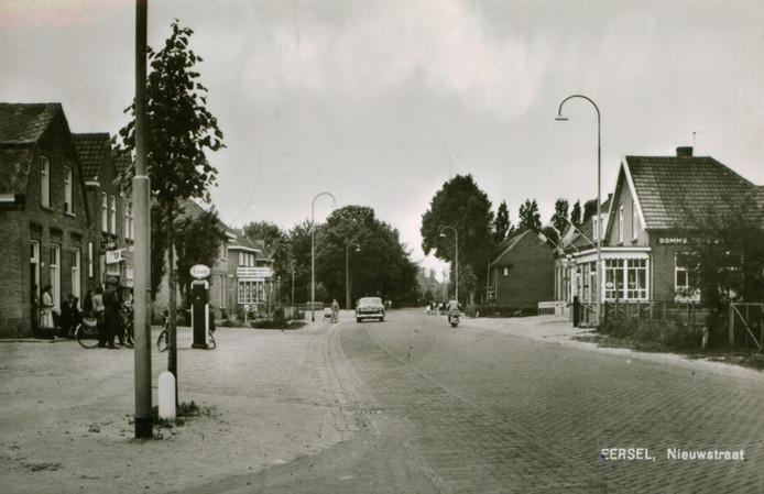 Links pompstation Van Deurzen, nabij de sigarenfabriek van Kees Corsten in de Nieuwstraat in Eersel.