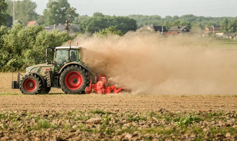 Een landbouwer aan het werk op een veld in onze Westhoek. De gigantische stofwolk toont hoe droog het is op onze velden.