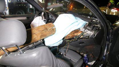 Balk van vangrail doorboort auto volledig in Zeeland: drie gewonden