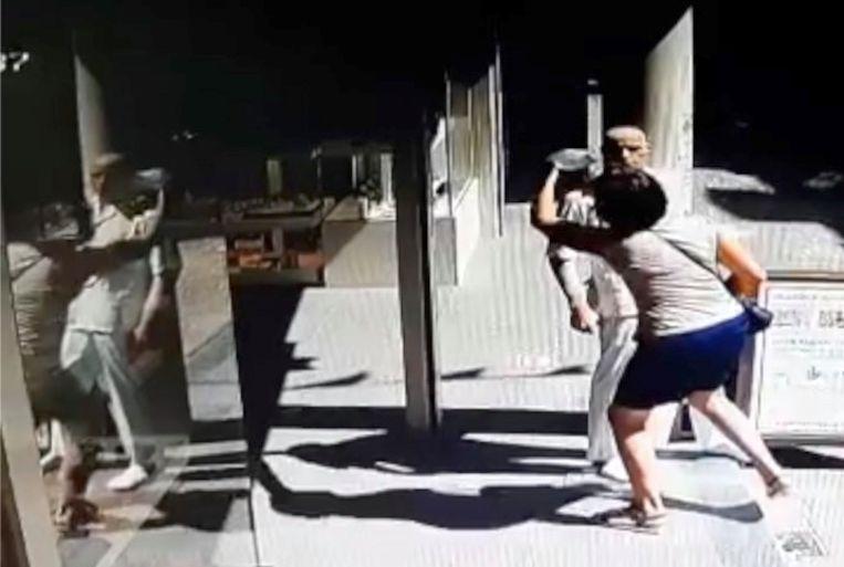 Op beelden van de bewakingscamera van de zaak is goed te zien hoe de vrouw het mondkapje wegneemt en het vervolgens zelf opzet.