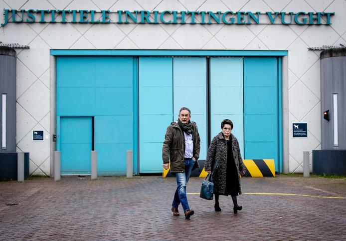 Frans van Laarhoven en advocaat Carry Knoops verlaten de gevangenis in Vught na hun eerste bezoek aan Johan van Laarhoven.