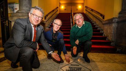 """Raymond van het Groenewoud vereeuwigd in een tegel in de Brugse Stadsschouwburg: """"Ze kunnen nu hun voeten aan me vegen"""""""