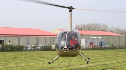 Helikopter vliegt boven fruitbloesems