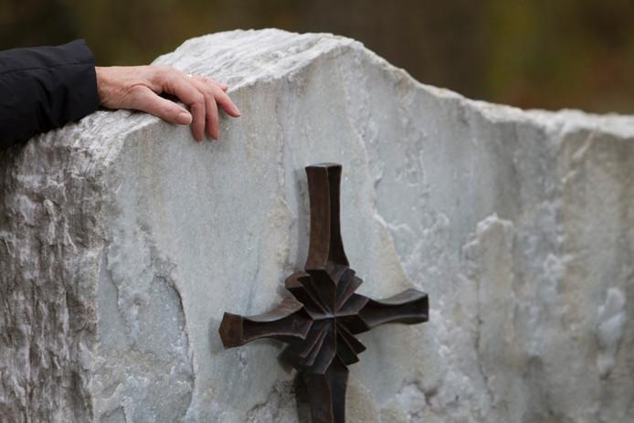 In Dinteloord is een vrouw aangehouden voor grafschennis. Zij zou tot haar daden zijn gekomen door niet verwerkte rouw.
