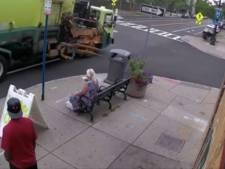Un camion à ordures emporte une femme assise sur un banc