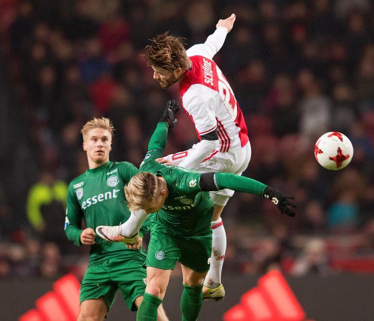 Lasse Schöne in duel met Albert Rusnak FC Groningen. Groningen zou de wedstrijd van afgelopen zondag met 2-0 verliezen. Beeld null