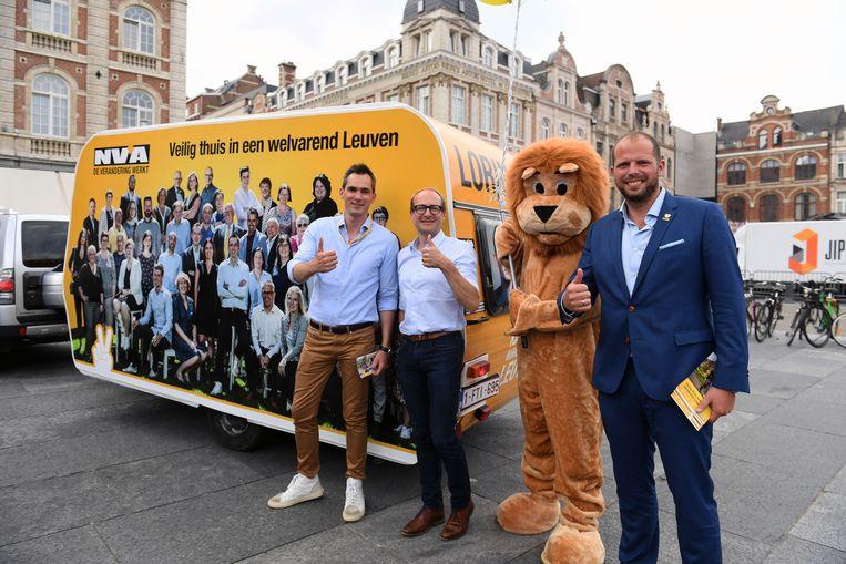De grote campagnebus van N-VA in Leuven. Met Ben Weyts en staatssecretaris Theo Francken aan boord die Lorin Parys komen steunen in zijn strijd voor de Leuvense sjerp.