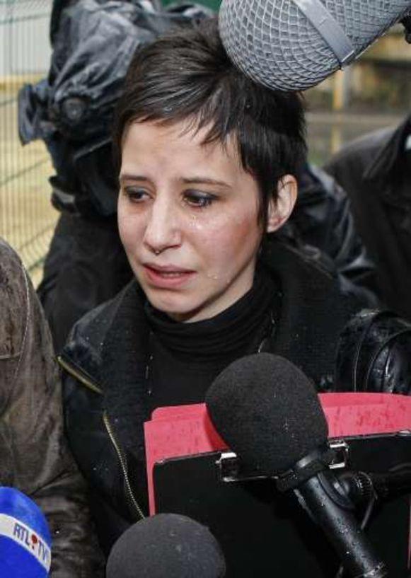 Overmand door verdriet staat Vanessa Geluck na haar getuigenis de pers te woord.