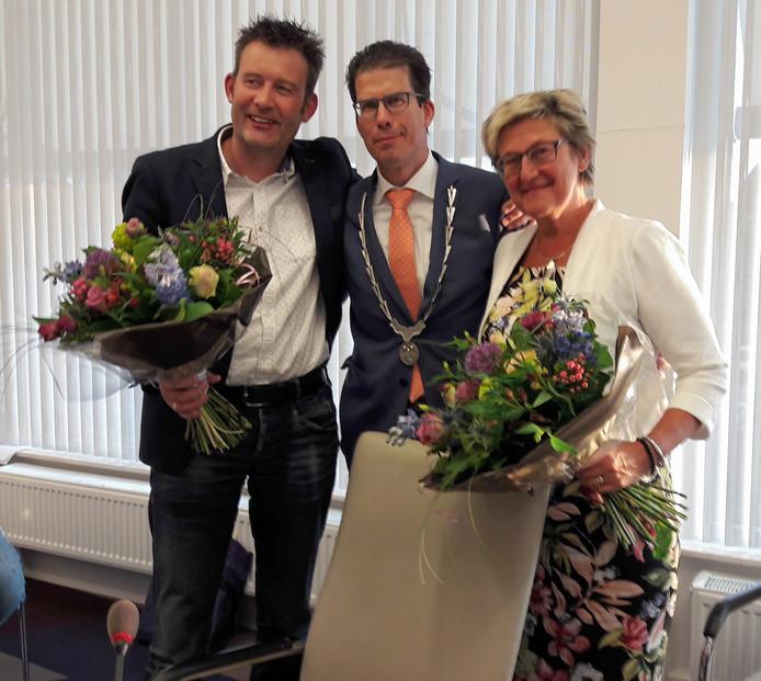 De vertrekkende wethouders Han Boer (links) en Joke Pot (rechts). Midden burgemeester Joost van Oostrum