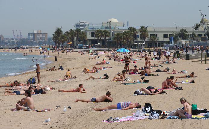 Mensen liggen op St. Kilda Beach in Melbourne.
