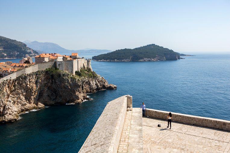 Toeristen poseren bij een oud fort in Dubrovnik, Kroatië, de stad waar een groot deel van de serie Game of Thrones is opgenomen. Beeld Julius Schrank
