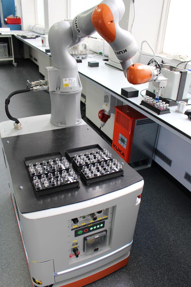 Robotchemicus aan het werk in het lab Beeld Andrew Cooper
