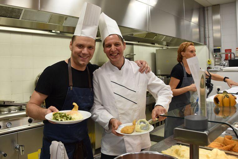 """Topchef Davy Schellemans van het Antwerpse restaurant Veranda (links) in het studentenrestaurant van hogeschool Odisee: """"Heel leuk om eens mee te maken!"""""""