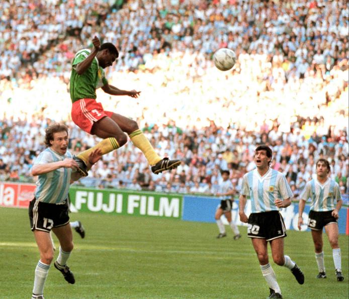 François Omam-Biyick zorgt in 1990 met zijn rake kopbal tegen Argentinië voor een geweldige stunt van Kameroen.