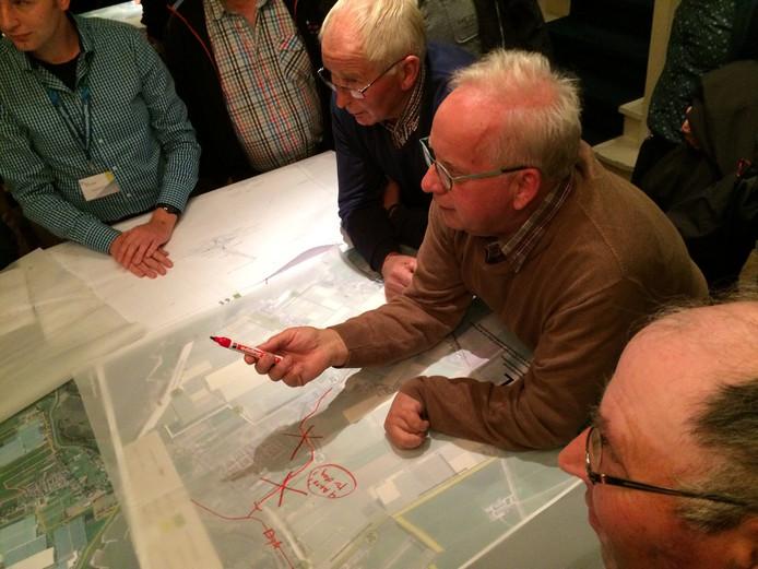 Ongeveer honderd belangstellenden kwamen naar de informatieavond over de nieuwe randweg.