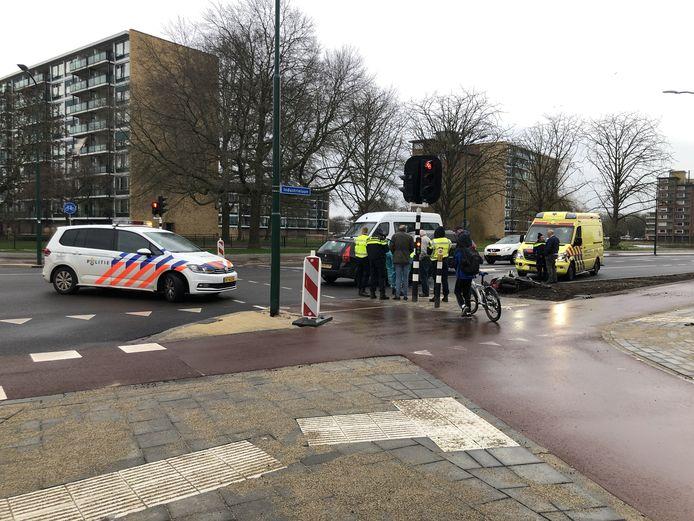 Een scooterrijder is gewond geraakt bij een aanrijding op de kruising van de Industrielaan en de Ambachtsstraat in Veenendaal.