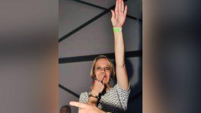 """Truiense Vlaams Belang-voorzitster brengt Hitlergroet """"om te lachen"""". Maar haar partij lacht niet mee en zet haar aan de deur"""