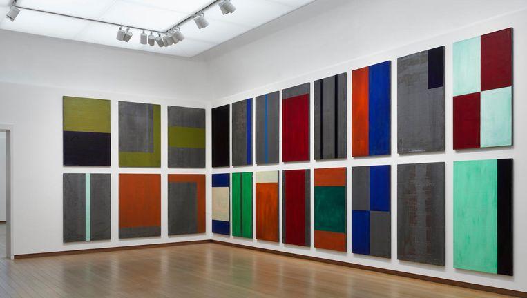 In elke zaal van de tentoonstelling over Günther Förg is het licht anders afgesteld om bezoekers steeds een andere beleving te bezorgen Beeld Gert Jan van Rooij