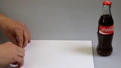 De ultieme festivalhack: zo open je een flesje met stuk papier